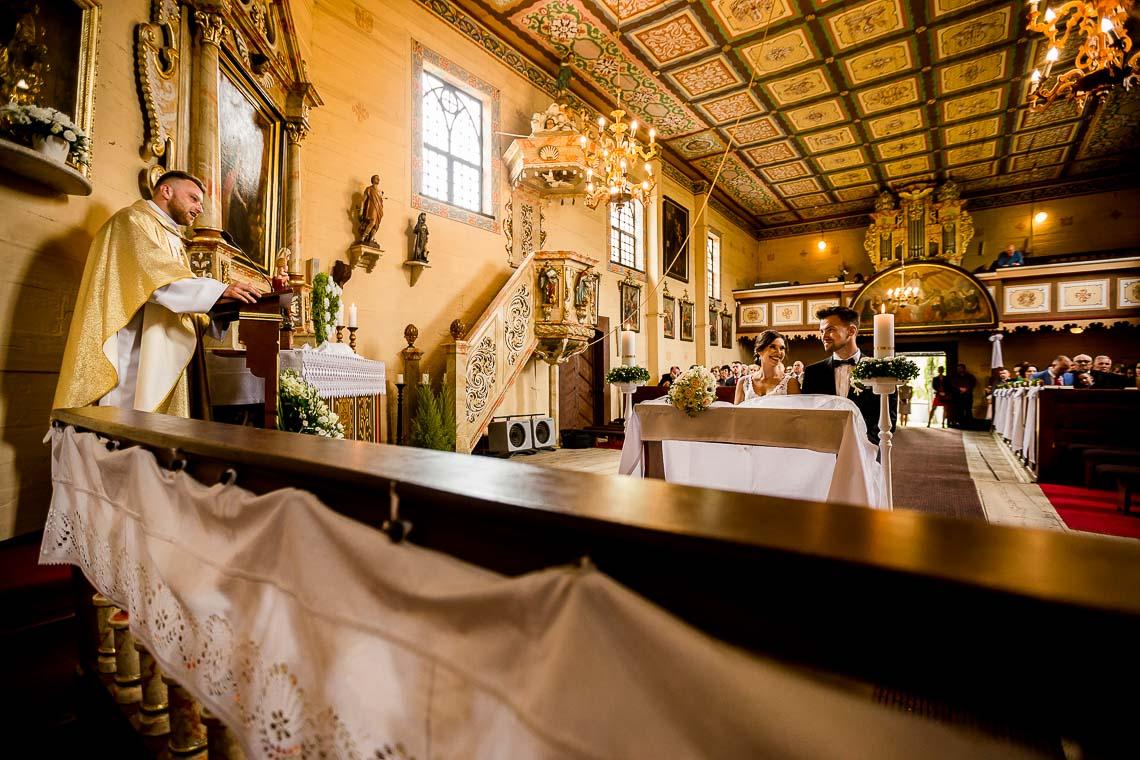 ślub-w-maju-w-drewnianym-kościele-dobrzen-wielki-30