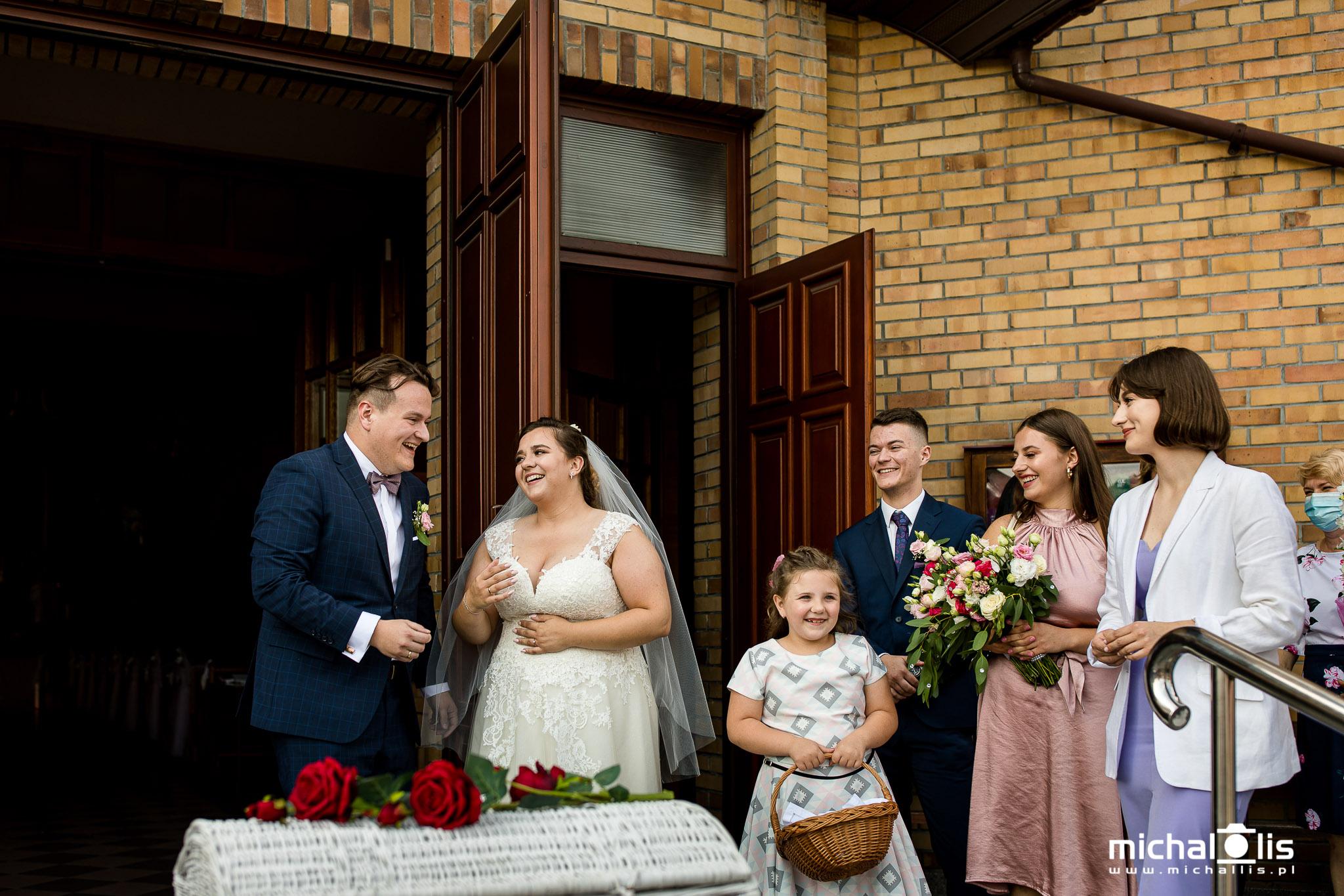wypuszczanie gołębi, gołębie na ślubie, wyjście z kościoła, atrakcja, inspiracje, para młoda, ślub