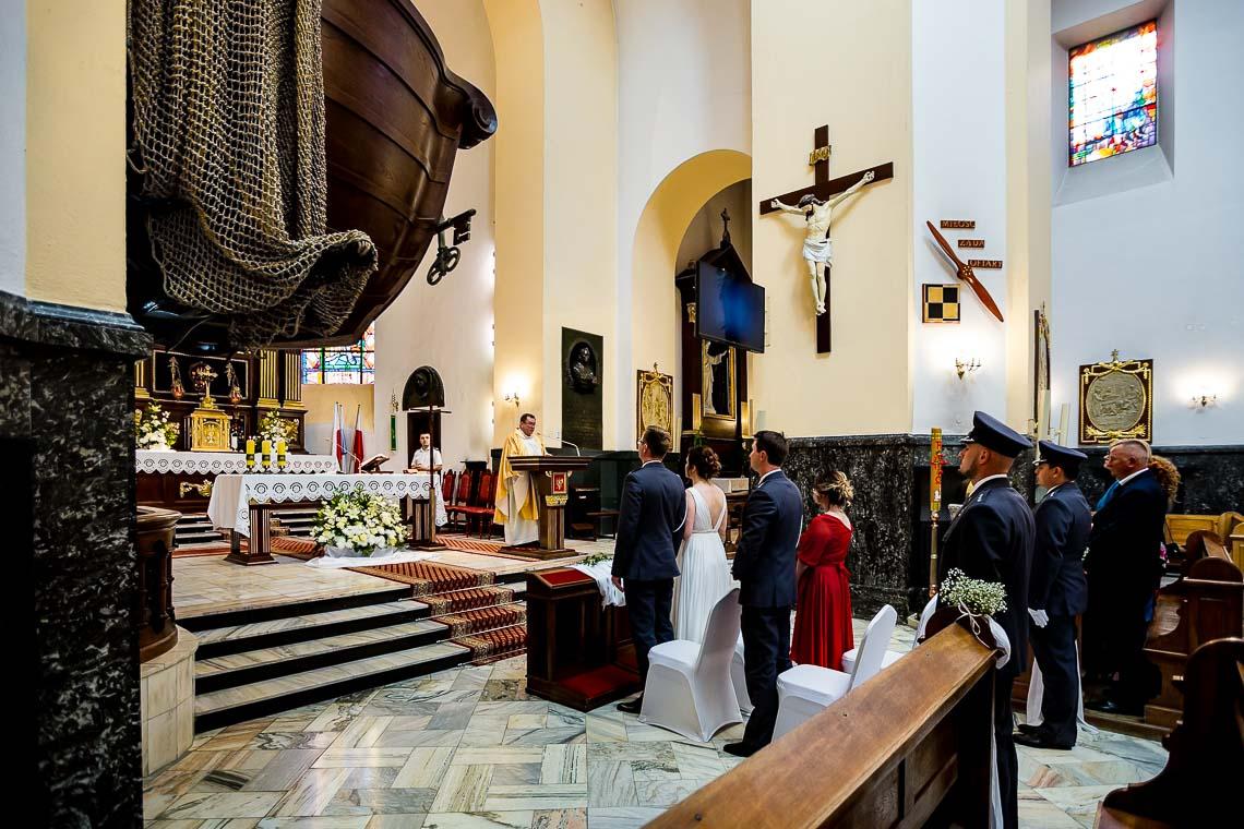 ślub z asystą honorową wojskowych szable daszek szpaler mundurowi mundury przysięga w obstawie wojskowej
