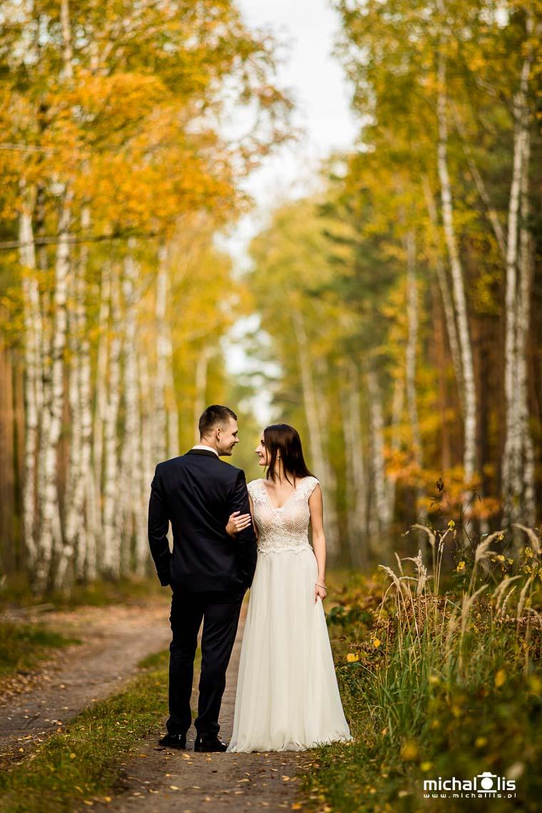para młoda wśród drzew, brzozy jesienią, jesienne kolory, kolory jesieni, plener ślubny